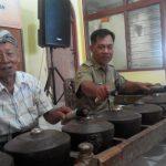 Kuwu Desa Kedung Dawa, Kecamatan Gabus Wetan Bapak Daryono SE dan Ki Kasra