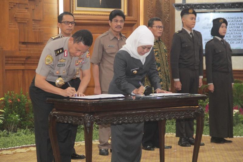 Penandatanganan kesepakatan antara Gubernur Jawa Timur dan Kepolisian Negara RI tentang peningkatan kwalitas SDM bidang pendidikan, Jumat (22/3) di Gedung negara Grahadi.Foto; sugeng JNR