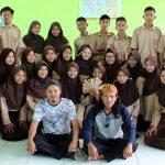 Siswa kelas X 2 IPS SMA N 1 Terisi bersama Team Yayasan Aksara Jawa Kidang Pananjung Indramayu setelah selesai praktik nyerat rontal)