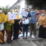 Beberapa rlawanyang tergabung dalam Community TB.-HIV Care Aisyiyah Kota Surabaya sedang membagikan masker dan sosialisasi dalam memperingati Hari TB. Se Dunia tanggal 24 Maret, di salah satu ruas jalan di Surabaya, Minggu (24/03).