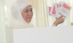 Gubernur Jawa Timur, Khofifah Indar Parawansa, menggunakan hak pilihnya di TPS 38, Kelurahan Jemur Wonosari, Kecamatan Wonocolo, Surabaya.Foto; sugeng JNR