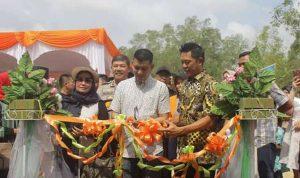 Camat Tenayaraya, Abdimas Syahfitrah menggunting pita tanda diresmikanya Destinasi Wisata Asia Farm.