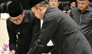 Gubernur Jawa Barat Ridwan Kamil bersama DPRD Jabar