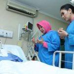 Ketua Umum (Ketum) Bhayangkari, Tri Tito Karnavian, menjenguk Ipda Erwin Yudha Wildani di Rumah Sakit Pusat Pertamina (RSPP)